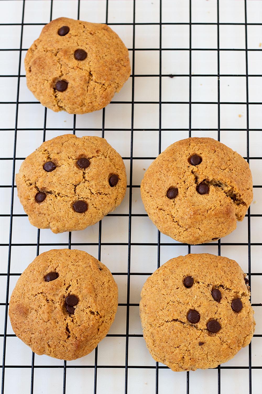 Draufsicht Chocolate Chip Cookies auf Abkühlgitter