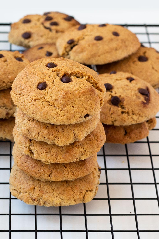 Gestapelte Chocolate Chip Cookies auf Abkühlgitter