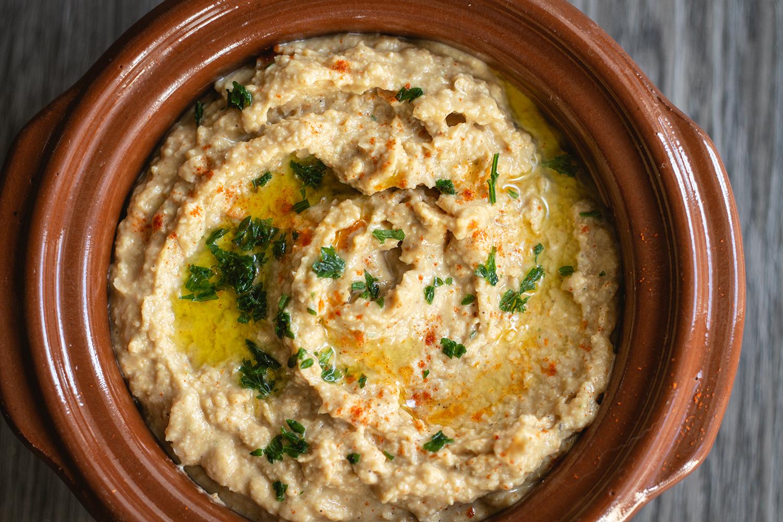 Hummus Dip Draufsicht mit Petersilie