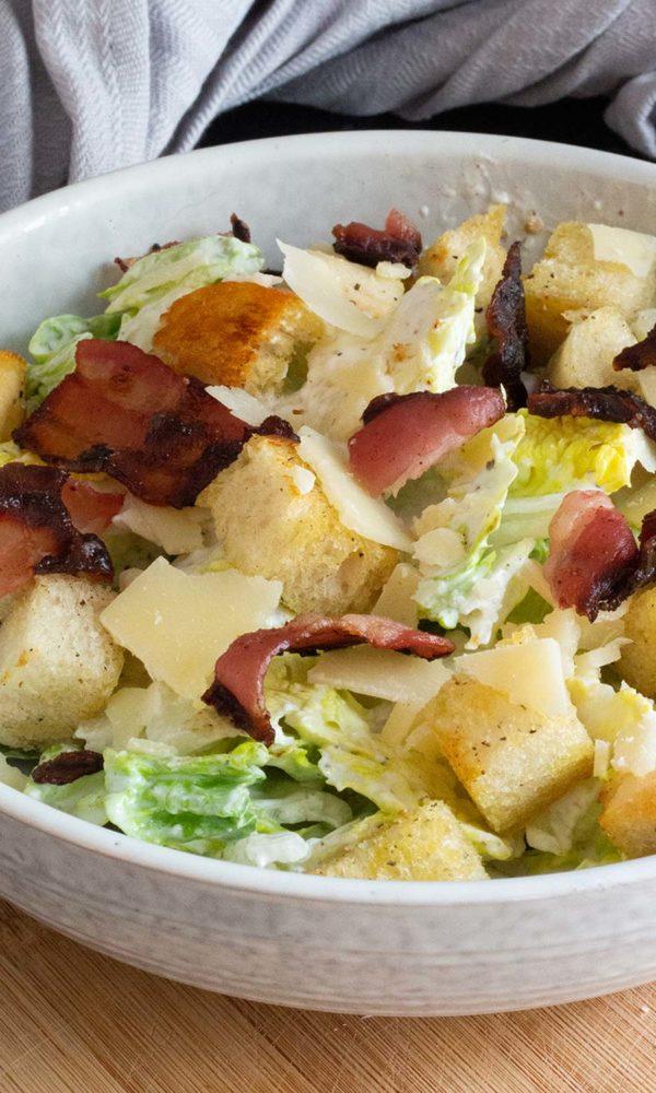 Cesar Salat mit Bacon und Sumach-Dressing Nahaufnahme
