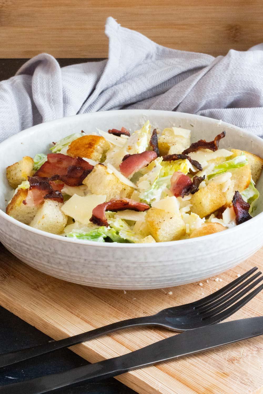 Cesar Salat mit Sauerrahm Dressing und Sumach Gewürz