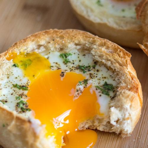 Frühstücks-Ei im Brötchen