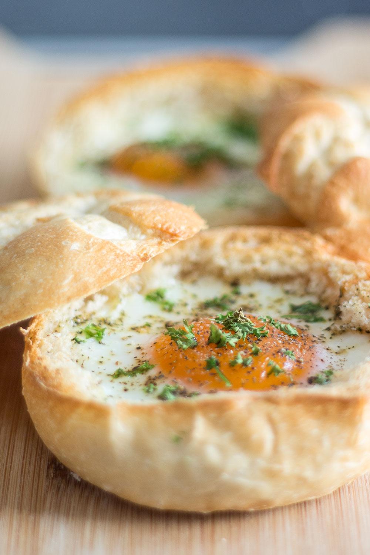 Frühstücksei im Brötchen gebacken
