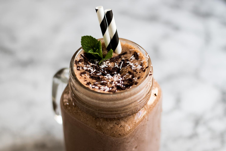 Smoothie mit Banane Kakao Erdnussbutter