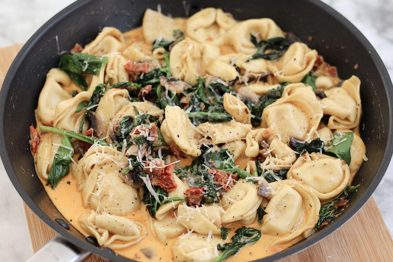 Toskanische Nudeln mit Tomaten, Spinat, Champignons