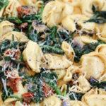 Toskanische Pasta mit Parmesan, Tomate, Pilze und Spinat