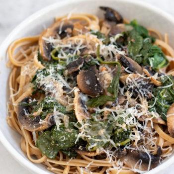 Pasta Funghi mit Spinat Teller Marmor