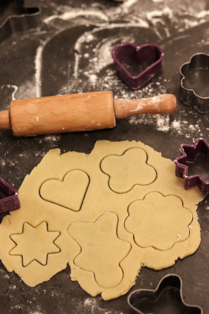 Adventsplätzchen Weihnachten Kekse ausstechen Nudelholz