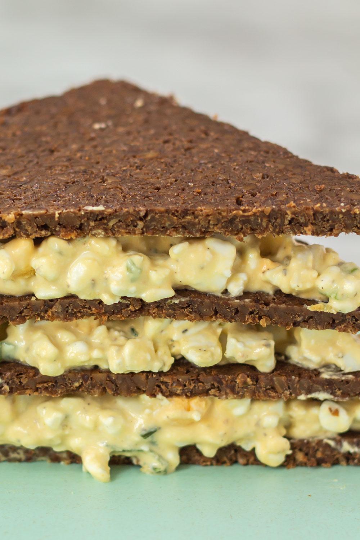 Gesunder Eiersalat aus Hüttenkäse und Senf