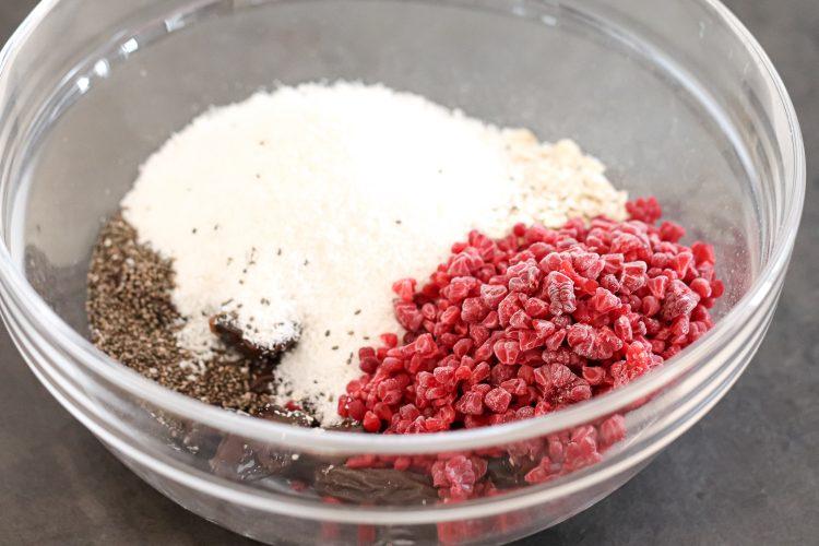 Zutaten für Snack-Bällchen in einer Schüssel