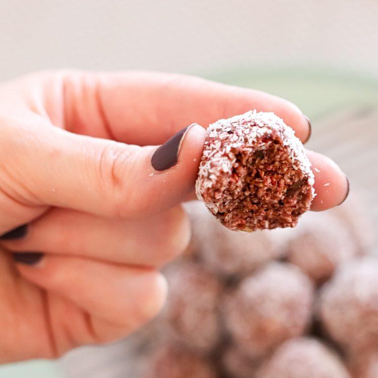 Nahansicht Energie-Bällchen mit Erdnuss-Kokos