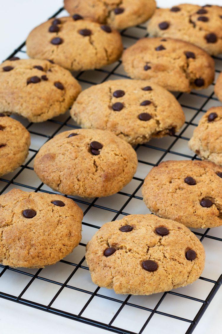 Chocolate Chip Cookies auf Abkühlgitter
